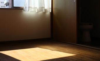 キッチンにはハイライトと、ウィスキーグラス。1LDK5万円(桜川駅徒歩6分)