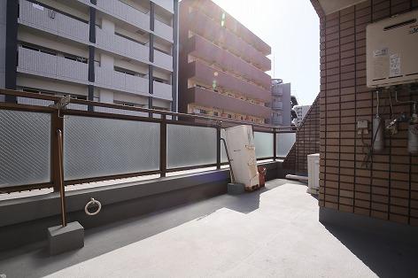 このビル唯一のセミルーフバルコニー2DK6.8万円(桜川駅徒歩7分)