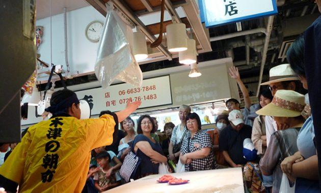 天然真鯛が50円、黒毛和牛が100円から! 参加しなきゃ損の木津市場セリ大会